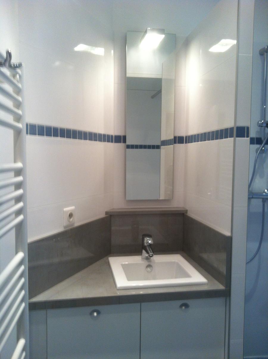 Salle de bains dans un petit espace loge de concierge for Exemple de salle de bain petit espace