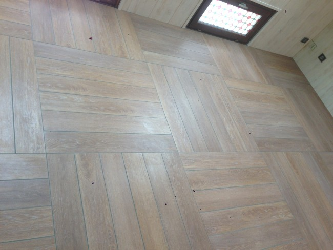 Pose de carrelage imitation parquet