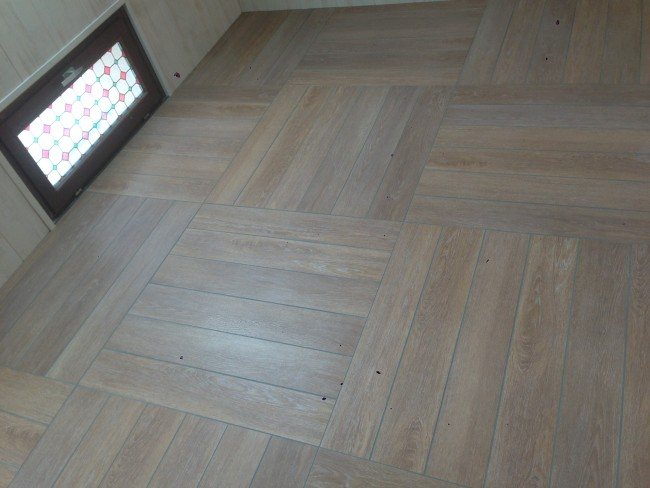 Pose de carrelage imitation parquet for Pose parquet salle de bain