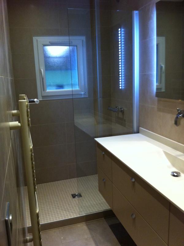 Salle de bains tons beige - Plan petite salle de bain en longueur ...
